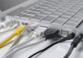 verkabelter Laptop