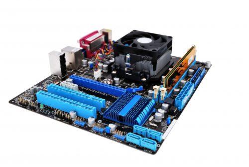 Auf dem Mainboard werden alle Komponenten miteinander verbunden.