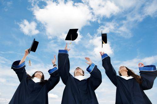 drei Informatik Studenten feiern ihren Bachelor of Science