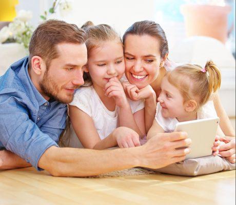 Familie geht verantwortungsvoll mit Medien um