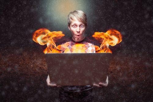 Frau mit brennendem Laptop