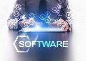 Man benutzt Tablet mit Software Schriftzug