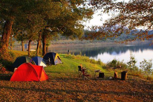 vier Zelte am See