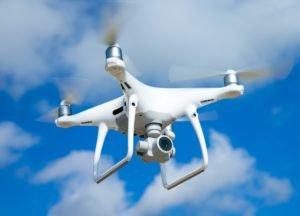 Drohne fliegt bei blauem Himmel