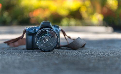 kaputte Kamera auf dem Boden
