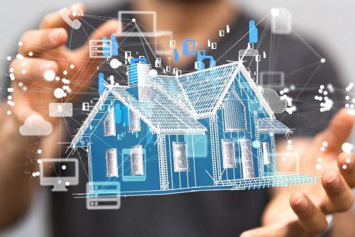 Mann hält automatisiertes Haus in den Händen