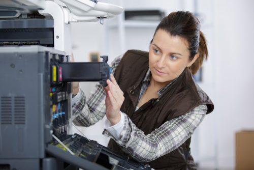 Frau tauscht Druckerpatronen aus