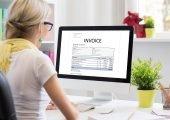 Frau digitalisiert Rechnungen