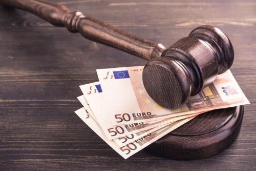 Richterhammer und Geld auf einem Tisch