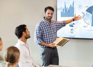 Mann bei Powerpoint Präsentation
