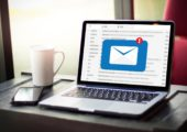 E-Mail Nachricht auf Laptop