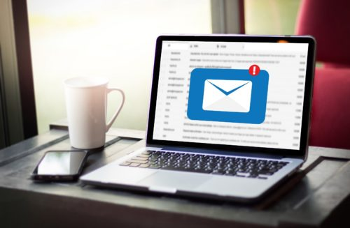E-Mail Management auf Laptop