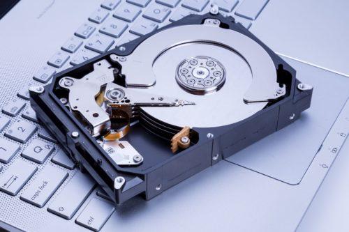 Festplatte auf Notebook-Tastatur
