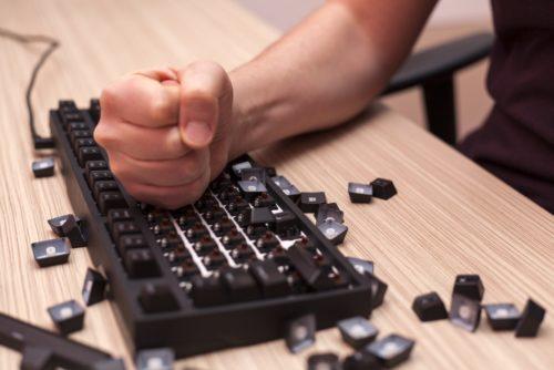 Tastatur mit Faust zerhauen
