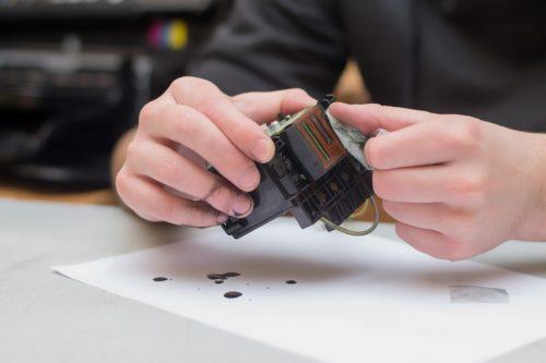 Druckkopf mit einem Mikrofasertuch reinigen.