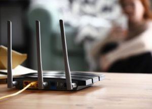 WiFi-Router auf Holztisch