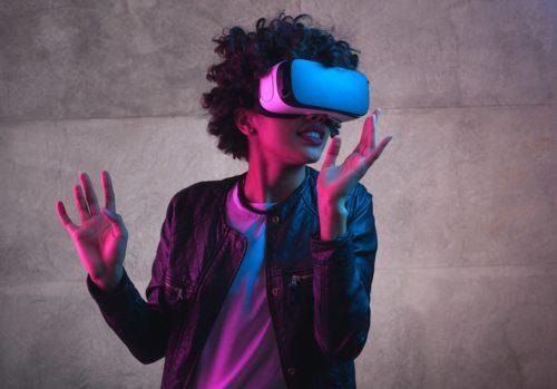 Frau schaut mit VR Video mit Headset