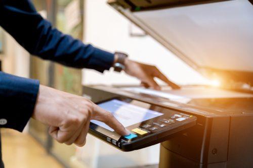 UPnP-Funktion: Mann bedient Netzwerkdrucker