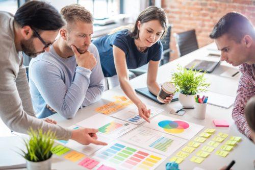 Teammitglieder erstellen Plan beim Workshop