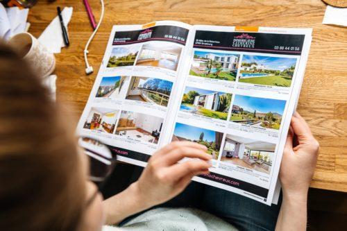 Bildformate: Frau schaut Katalog an