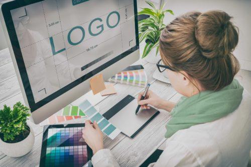 Frau entwirft ein Logo am PC