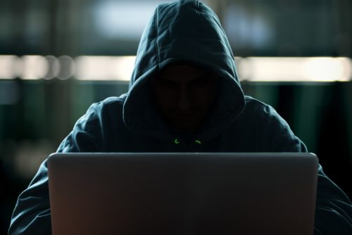 Hacker vor dem PC