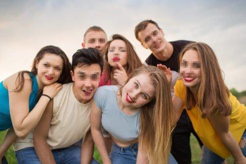 Bei einem Gruppen-Selfie verpixelte Gesichter