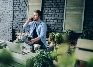 Businessman mit MacBook im Cafe