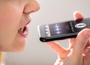 Frau telefoniert über Lautsprecher, keine Videotelefonie