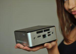 Frau mit Mini-PC
