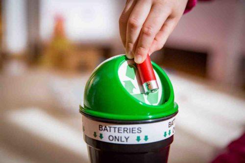 Batterie in grüner Sammelbox entsorgen