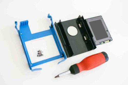 Mit einem Einbaurahmen können Sie eine SSD auch in ein Gehäuse einbauen, wenn nur ein 3.5 Zoll-Schacht frei ist.
