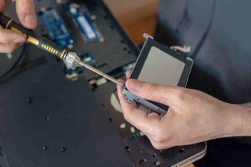 Bei Notebooks erleichtert eine Wartungsklappe, um eine SSD einzubauen
