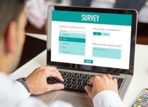 Online Geld verdienen: Mann beantwortet bezahlte Umfragen