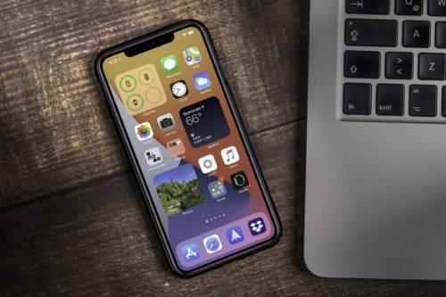 iPhone neben einem Notebook