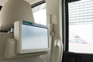 festinstallierter DVD-Player im Auto