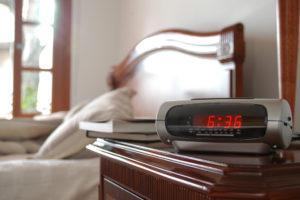 Untertitel: Der Radiowecker holt jeden zuverlässig aus dem Schlaf.